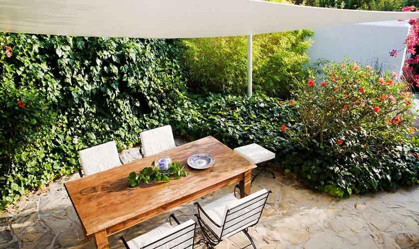 Esstisch im Garten Ferienhaus Ibiza IBZ 15