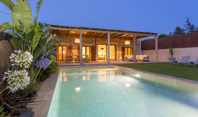 Pool und Terrasse Ferienhaus Ibiza IBZ 22 abends