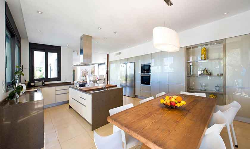 Küche und Esstisch Ferienvilla Ibiza IBZ 33