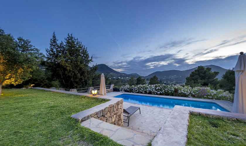 Bei Nacht Pool und Garten Ferienhaus Ibiza IBZ 37