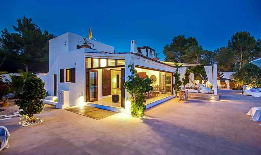 Blick auf das beleuchtete Ferienhaus Ibiza IBZ 45