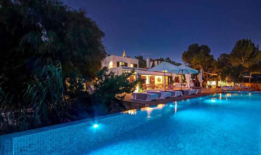 Pool und Ferienhaus Ibiza am Abend IBZ 45