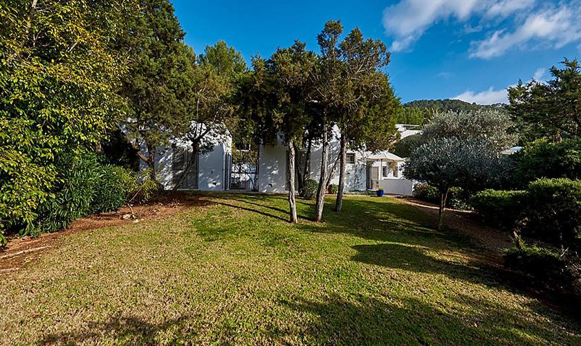 Rasen und Villa Ibiza IBZ 72