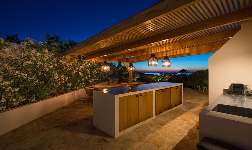 Terrasse und Villa beleuchtet am Abend IBZ 77
