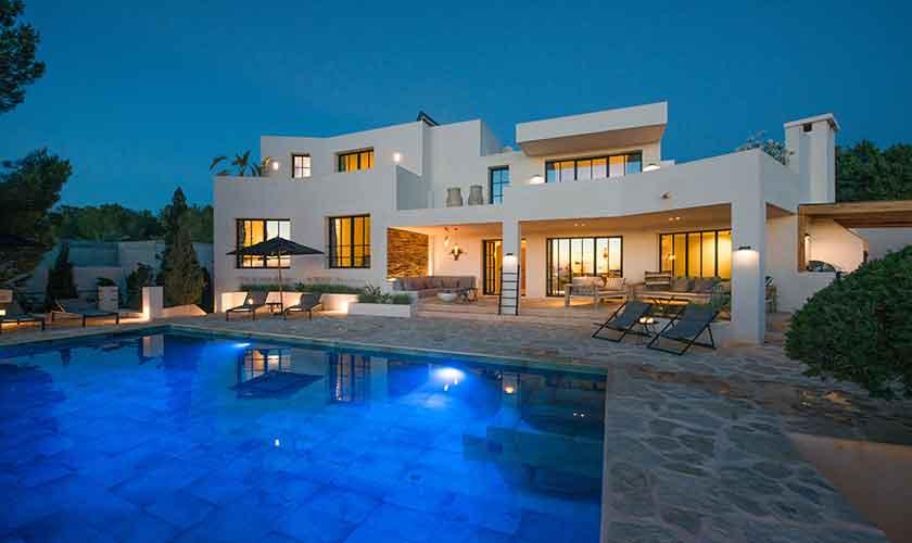 Pool und Villa am Abend IBZ 77