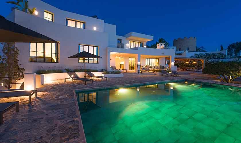 Pool und Villa beleuchtet am Abend IBZ 77