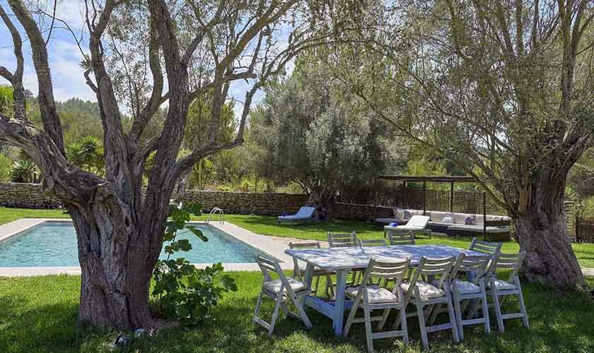 Esstisch im Garten Ferienvilla Ibiza IBZ 86