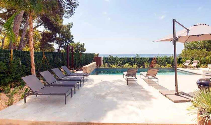 Terrasse mit Liegen Villa am Strand Ibiza IBZ 90