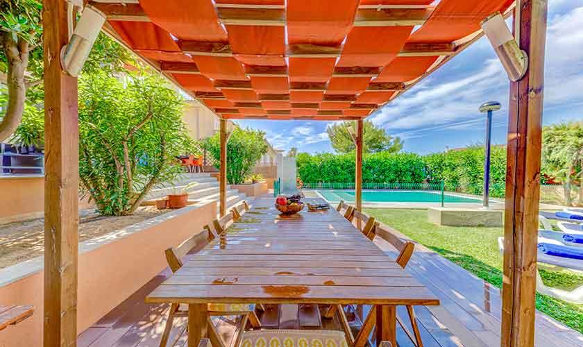 Esstisch und Garten Ferienhaus Mallorca bei Alcudia PM 3533