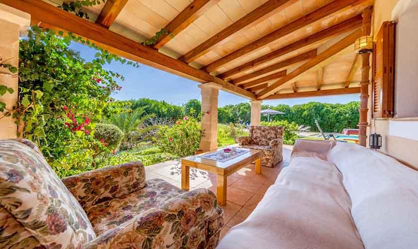 Terrasse mit Sofas Finca Mallorca für 8 Personen PM 3534
