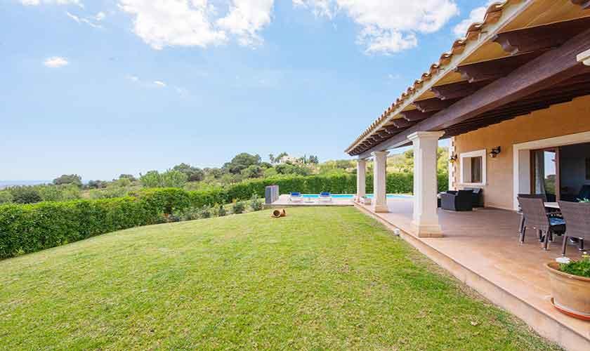 Terrasse und Wiese Finca Mallorca mit Pool PM 6522