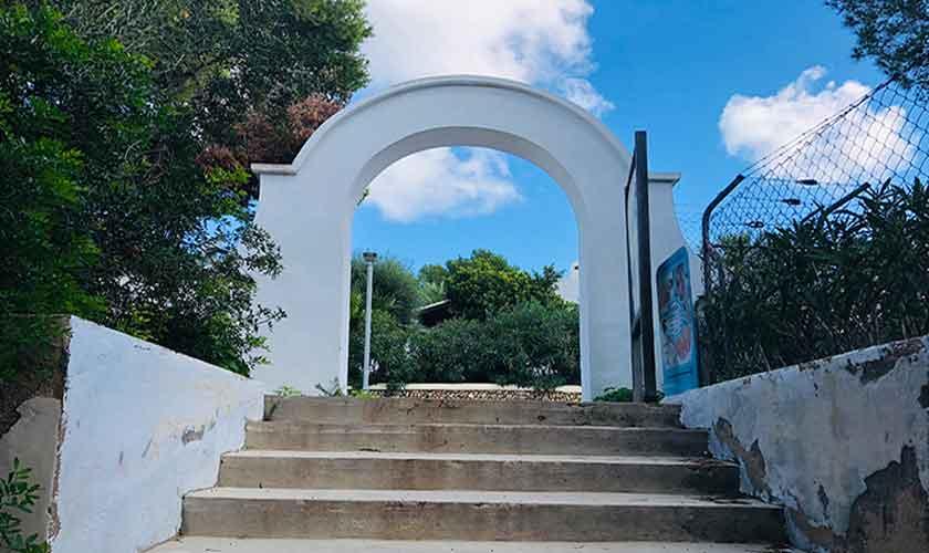 Treppen zum Strand Cala Serena