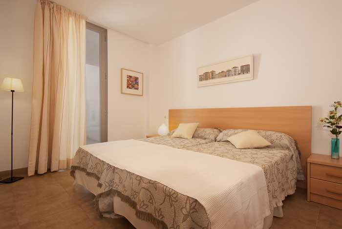 Doppelschlafzimmer Ferienhaus Mallorca in Strandnähe Pool Internet Aircondition PM 3491