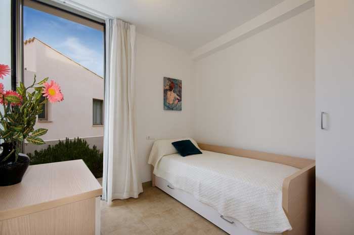 Schlafzimmer mit Einzelbett Ferienhaus Mallorca Cala San Vicente Pool Internet PM 3492