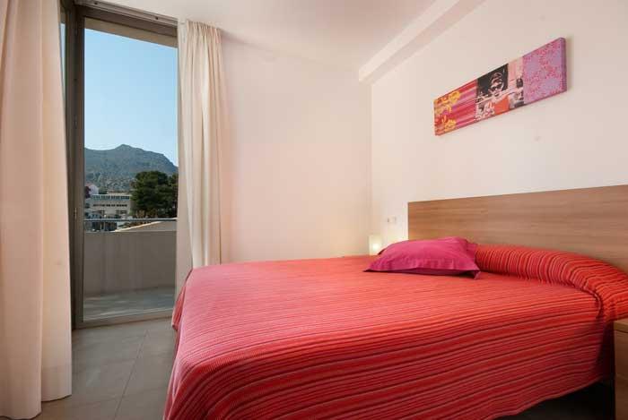 Schlafzimmer mit Doppelbett Ferienhaus Mallorca am Strand Pool 6 Personen PM 3494