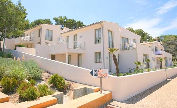 Blick auf Wohnanlage Ferienhaus Mallorca Norden Cala San Vicente Strandnah Airconditon PM 3495