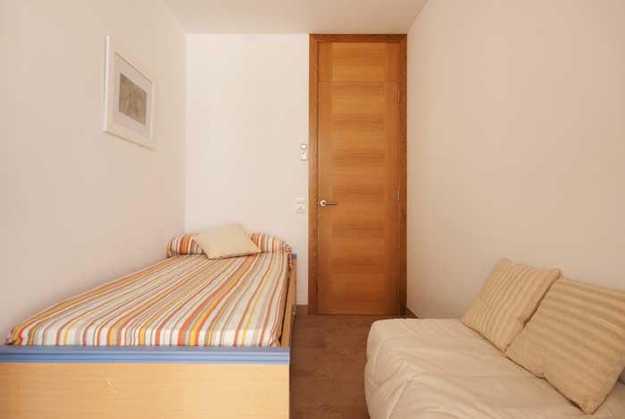 Schlafzimmer 4 Ferienhaus Mallorca für 6 Personen am Strand Pool Klimaanlage PM 3495