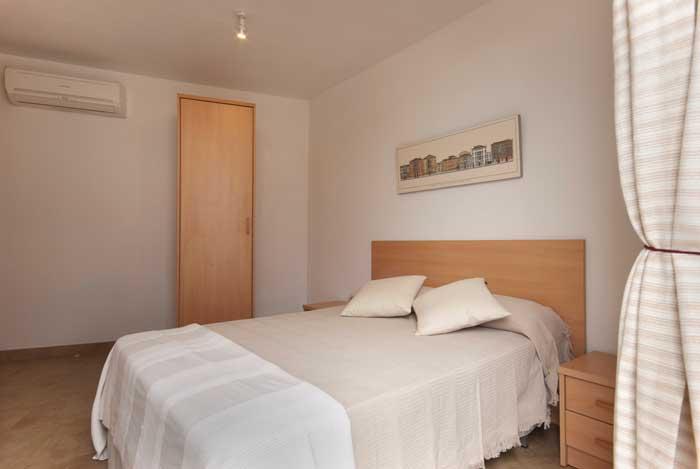 Schlafzimmer mit Doppelbett Ferienhaus Mallorca Pool Strandnah 6 Personen PM 3496