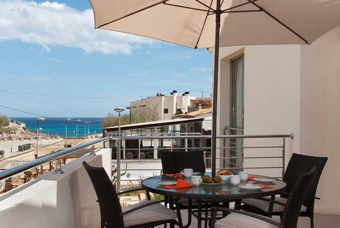 Terrasse mit Sonnenschirm Ferienhaus Mallorca Pool 50 m zur Cala San Vicente 6 Personen PM 3496