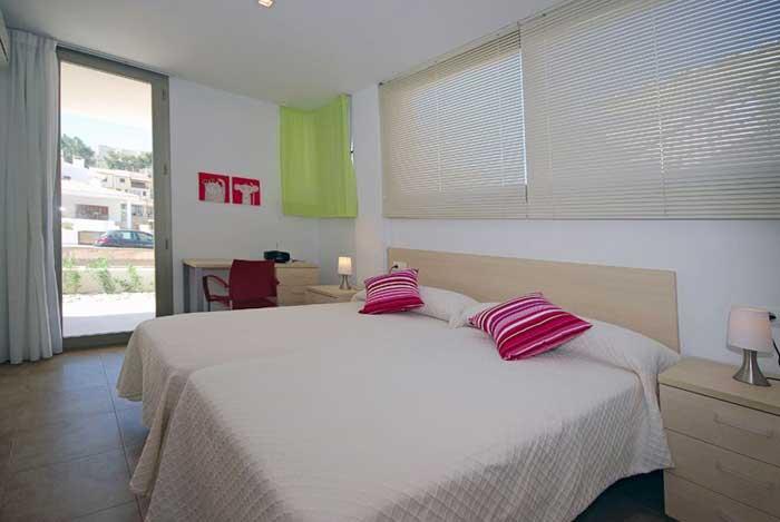 Schlafzimmer mit Doppelbett Ferienhaus Mallorca Strandnah Pool 6 Personen PM 3497