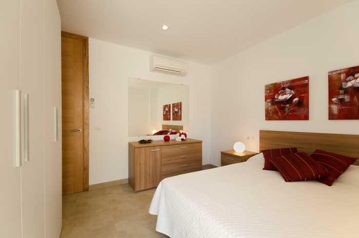 Schlafzimmer 3 Ferienhaus Mallorca 6 Personen Strandnähe Pool Klimaanlage Internet PM 3498
