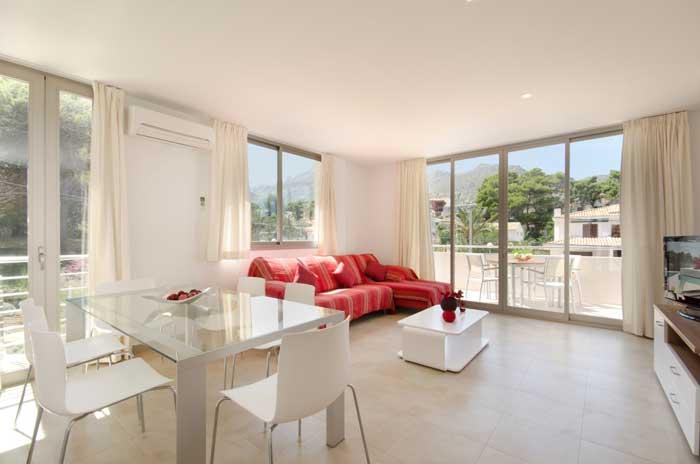 Lichtheller Wohnbereich Ferienhaus Mallorca am Strand Pool 6 Personen PM 3498