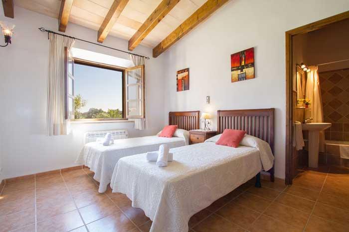 Schlafzimmer 2 Finca Mallorca mit Pool Pollensa PM 392