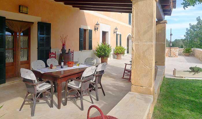 Terrasse mit Esstisch Ferienwohnung Mallorca Pool 4,20 x 9 m Klimaanlage Internet PM 6022