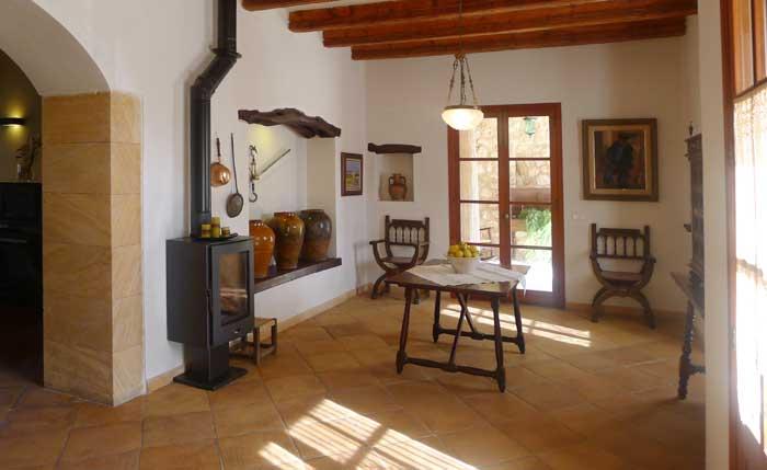 Wohnbereich mit Kamin Appartement Mallorca mit Klimaanlage 2 Personen PM 6022