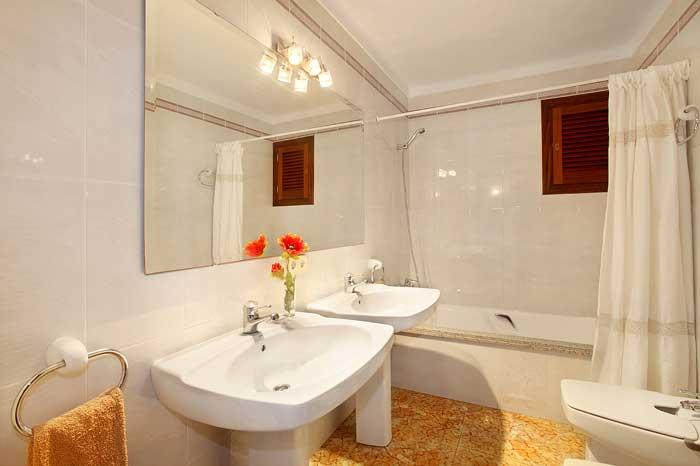 Eines von den Badezimmern Ferienhaus Mallorca mit Pool für 10 Personen PM 6091