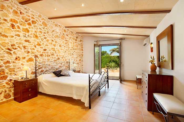 Eines der 6 Schlafzimmer Ferienhaus Mallorca mit Pool PM 6091