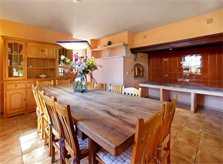 Esszimmer mit großem Tisch und Zutritt zur Terrasse Luxusfinca Mallorca mit großem Pool PM 6094