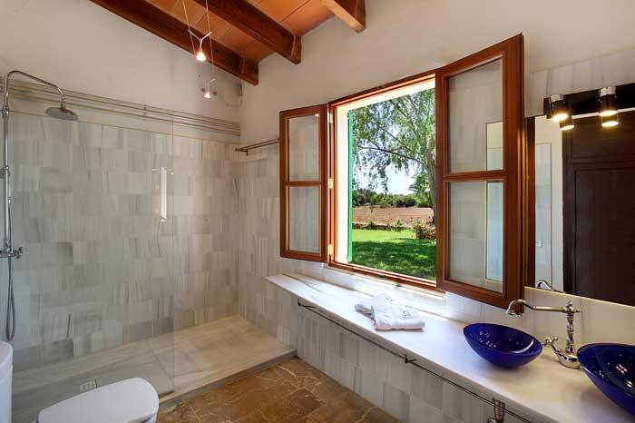 Badezimmer mit begehbarer Dusche und Blick in den Garten Exklusive Finca Mallorca PM 6094