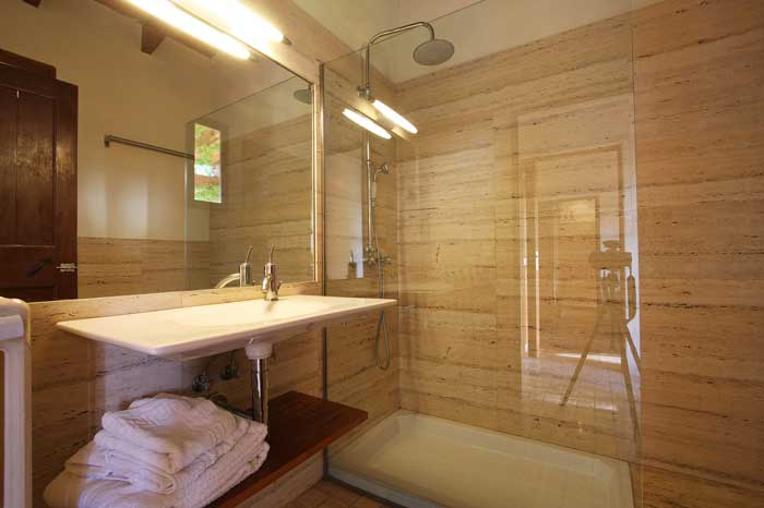 Modernes Duschbad mit Regenwasserdusche Exklusive Finca Mallorca Felanitx PM 6094