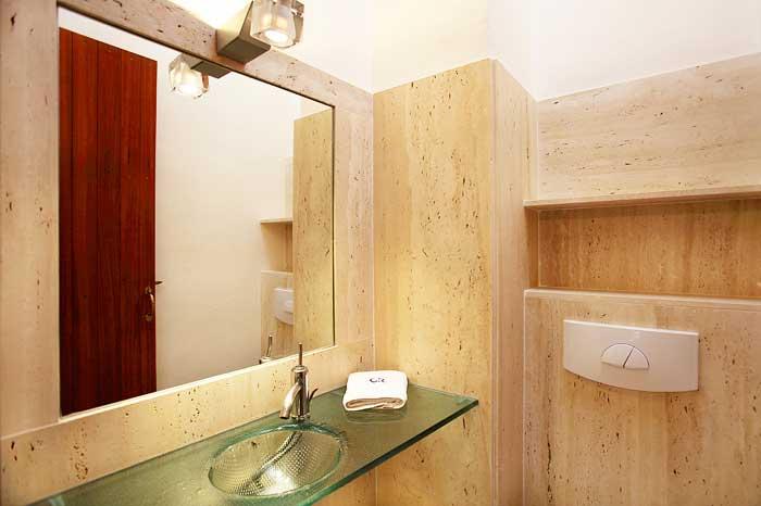 Badezimmer mit Glaswaschbecken Luxusfinca Mallorca für 16 Personen PM 6094