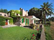 Hintere, kleine Terrasse mit Tisch und Sonnenschirm Luxusfinca Mallorca mit großem Pool Garten und Palmen PM 6094