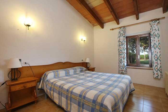 Schlafzimmer mit Doppelbett und Blick in den Garten Exklusive Finca Mallorca 16 Personen PM 6094