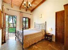 Schlafzimmer mir Doppelbett und Zutritt zum Garten Exklusive Finca Mallorca mit Pool Südostküste PM 6094