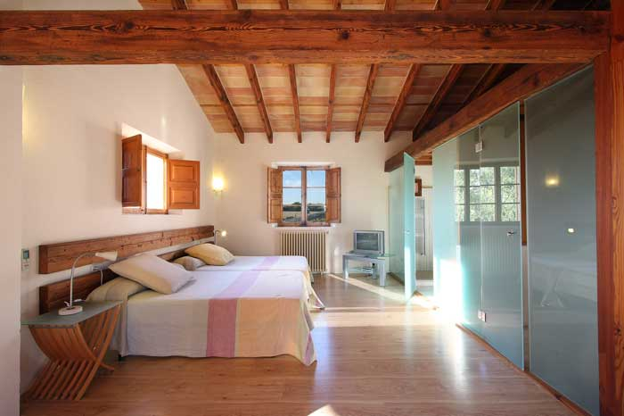 Helles modernes Schlafzimmer mit Doppelbett und Fernseher Luxuriöse Finca Mallorca mit Klimaanlage Mallorca Südostküste PM 6094