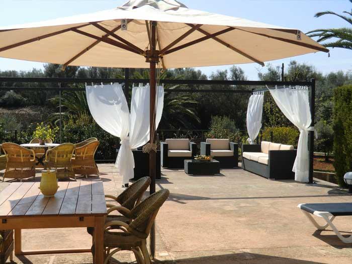 Terrasse mit Sonnenschirm Exklusive Finca Mallorca für 16 Personen PM 6094