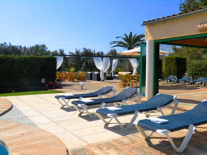 Terrasse mit Sonnenliegen Exklusive Finca Mallorca für 16 Personen PM 6094