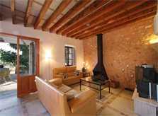 Wohnraum mit Kamin und Couchgarnitur Große Finca Mallorca Felanitx Südosten PM 6094