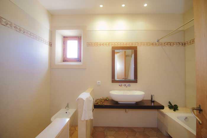 Lichthelles Bad mit modernem Waschbecken Hochwertige Finca Mallorca 10 Personen 5 Schlafzimmer Pool PM 6543
