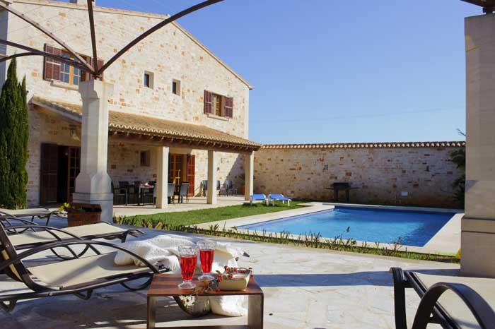Terrasse mit Poolliegen PM 6543 Finca Mallorca Exklusive Ausstattung Klimaanlage Internet Mallorca Südosten