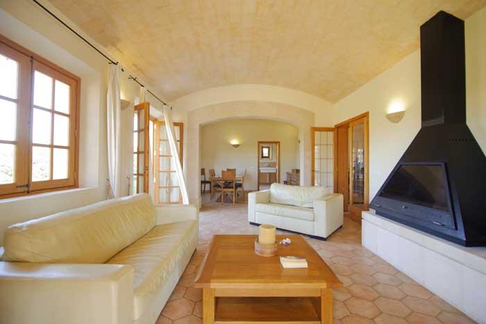 Gemütlicher Wohnraum mit Kamin PM 6543 Exklusive Finca Mallorca 10 Personen Pool Internet Klimaanlage