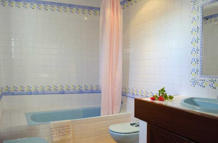 Badezimmer Komfortables Ferienhaus  Mallorca Meerblick Klimaanlage Großer Pool mit Kinderbecken Rasengarten  PM 6562
