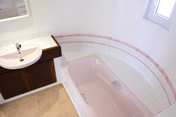 Badezimmer mit Wanne Komfortables Ferienhaus Mallorca für 8 Personen Meerblick Großer Pool mit Kinderbecken Klimaanlage Garten mit Rasenfläche PM 6562