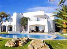 Blick auf die Villa mit großem Pool Ferienhaus Mallorca mit Meerblick Klimaanlage Kinderpoolbecken 8 Personen Mallorca Südostküste Cala D'Or PM 6562