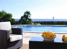 Terrasse mit Meerblick und Loungemöbeln Ferienhaus Mallorca mit Klimaanlage Großer Pool mit Kinderbecken Privater Garten mit Rasenfläche PM 6562