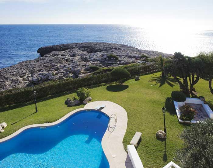 Meerblick vom Ferienhaus Mallorca mit Klimaanlage Pool Kinderpoolbereich Garten mit Rasenfläche 8 Personen PM 6562